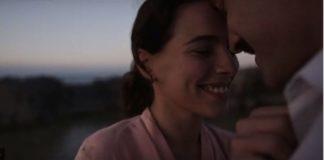 Η νέα ταινία του Παντελή Βούλγαρη, «Το Τελευταίο Σημείωμα», είναι συνάμα ιστορία και μυθοπλασία, ένα κινηματογραφικό «σημείωμα» μνήμης, σεμνότητας και αναστοχασμού.