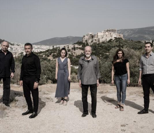 Ο Σωτήρης Χατζάκης λοιπόν, διασκευάζει θεατρικά και σκηνοθετεί το σενάριο του Τάσου Λειβαδίτη και του Κώστα Κοτζιά. Πάνω στο οποίο βασίστηκε η ταινία «Συνοικία το Όνειρο».