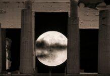 Για ακόμη μία φορά φέτος, το φεγγάρι θα φαίνεται μεγαλύτερο και πιο φωτεινό από ό,τι συνήθως απόψε Πέμπτη 7 Μαΐου, όταν θα συμβεί η τελευταία από τις τέσσερις υπερπανσελήνους του 2020. Η Σελήνη θα πλησιάσει ξανά περισσότερο τη Γη, φθάνοντας σε απόσταση 361.184 χιλιομέτρων (περίγειο). Όταν η υπερπανσέληνος βρίσκεται ακόμη κοντά στον ορίζοντα, τότε το φεγγάρι φαίνεται ακόμη μεγαλύτερο στα μάτια των παρατηρητών. Αντίθετα, η Σελήνη θα βρεθεί στο πιο μακρινό σημείο της ελλειπτικής τροχιάς της από τη Γη (απόγειο) στις 31 Οκτωβρίου. Την ημέρα εκείνη η πανσέληνος θα φαίνεται σχεδόν 14% μικρότερη. Ο όρος υπερπανσέληνος (supermoon) δεν είναι επιστημονικός, αλλά δημιούργημα του αστρολόγου Ρίτσαρντ Νόλε από το 1979. Η επόμενη υπερπανσέληνος θα συμβεί τον Μάιο του 2021.