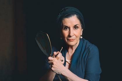Για δεύτερη θεατρική σεζόν παρουσιάζεται στο θέατρο Χώρα η παράσταση «ΜΑΡΙΚΑ» που εντυπωσίασε το κοινό και τους κριτικούς, με τη Νένα Μεντή, σε κείμενο και σκηνοθεσία Πέτρου Ζούλια.