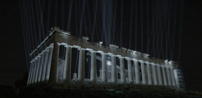 Η νυχτερινή Αθήνα αλλάζει, η Ακρόπολη εκπέμπει νέο φως.
